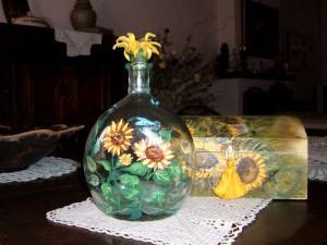 Bottiglia ovale dipinta con motivo di girasoli