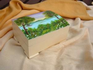 Scatola in legno con paesaggio dipinto