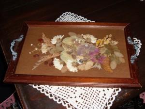 Vassoio in legno con applicazione di fiori secchi