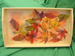 Vassoio decorato con motivo di foglie autunnali a decoupage