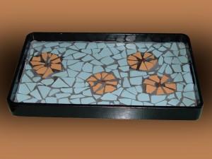 Vassoio decorato a mosaico con frammenti di piastrelle